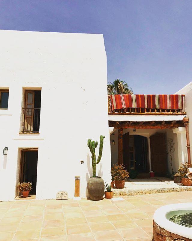 Hacienda Style 🌵 #hacienda #style #boutiquevilla #lascicadasibiza #stylish #mediterranean #mexicantouch #ibiza #santagertrudis #holidayhome #finca #ibizenca #interiors #exteriors #tasteful #homeawayfromhome